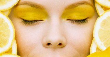 Használjon citromot, hogy megszabaduljon az arcán lévő foltoktól