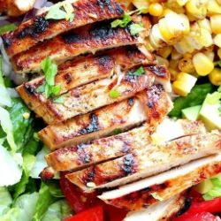 Saláta BBQ csirkemellel kukoricával és paradicsommal