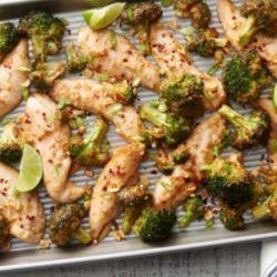 Csirkemellcsíkok mogyoróval és brokkolival sütve