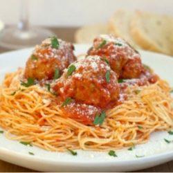 Spagetti mártással és húsgombócokkal