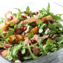 Saláta rukkolával és őszibarackkal